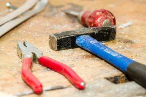 Für einen Handwerker gibt es sicher originellere Geschenke als Hammer und Zange.