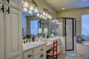 Mit einfachen Hausmitteln lässt sich jede Duschkabine reinigen.