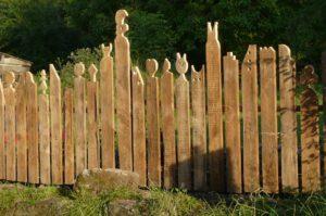 Ein Zaun bietet guten Sichtschutz, falls die Zaunpfähle richtig verankert sind.