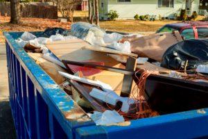 Die Entrümpelung eines Hauses oder einer Wohnung ist so gut wie nie ohne Container möglich.